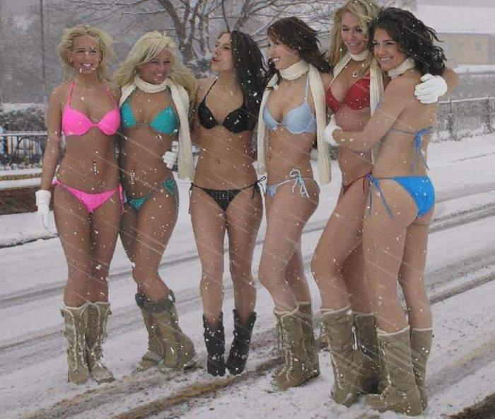 в стрингах на снегу фото