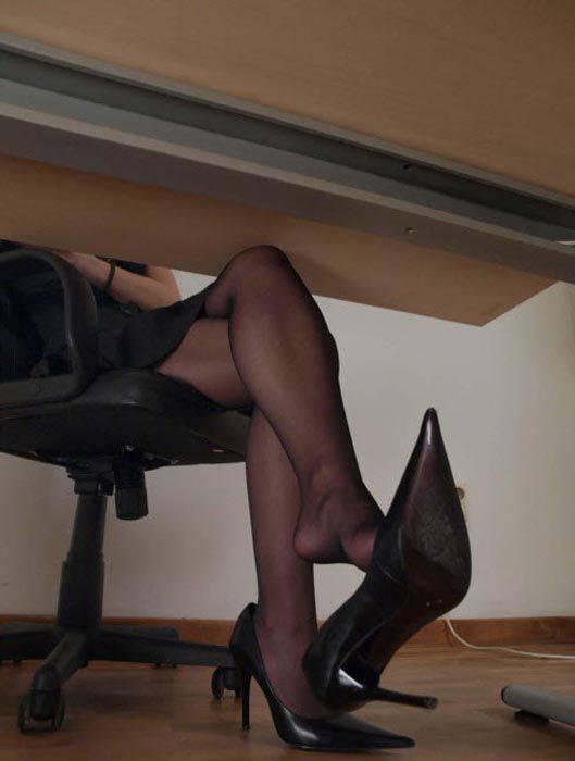 Смотреть онлайн ножки в колготках сама у себя полизала