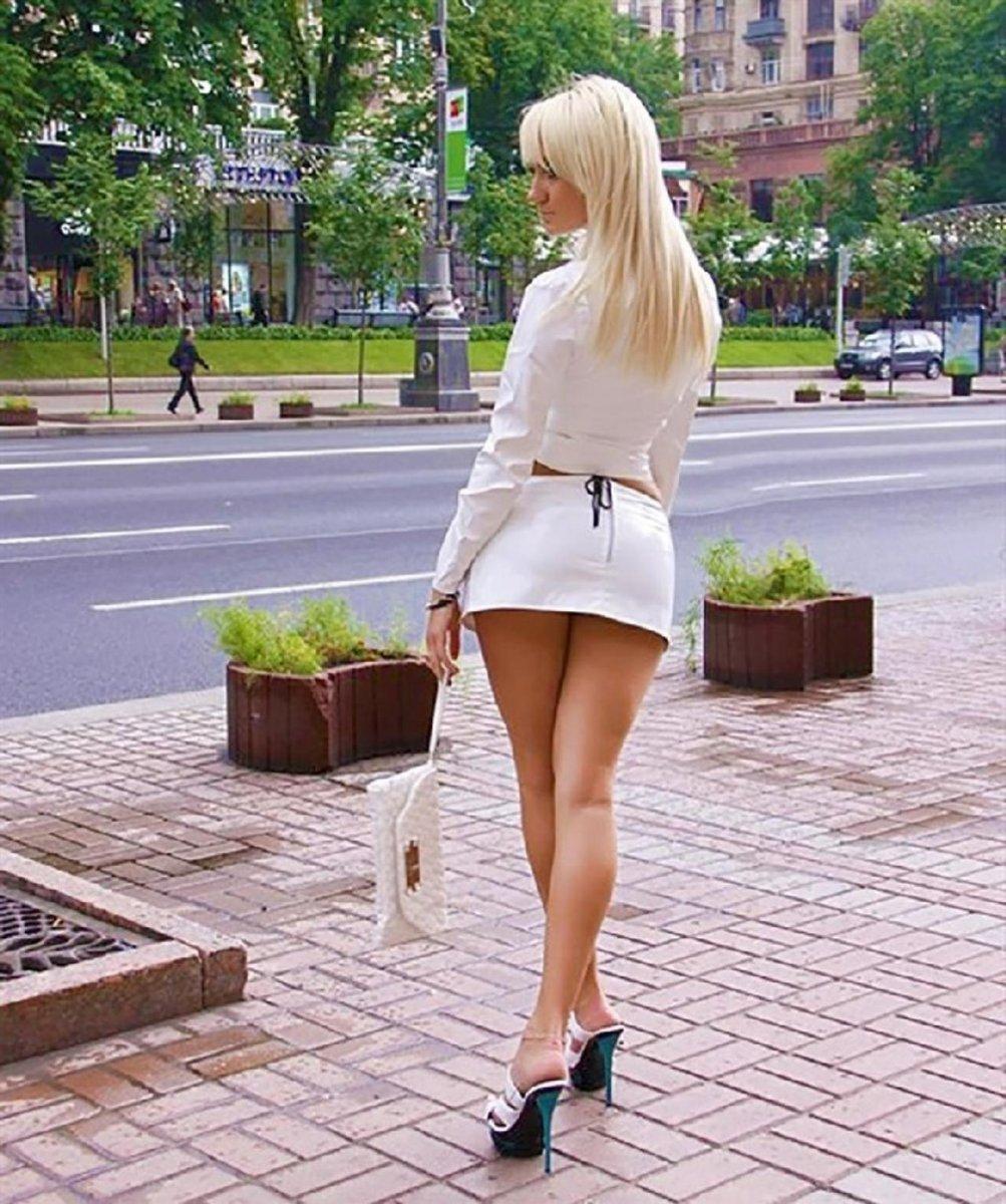 Фото девушек в коротком на работе