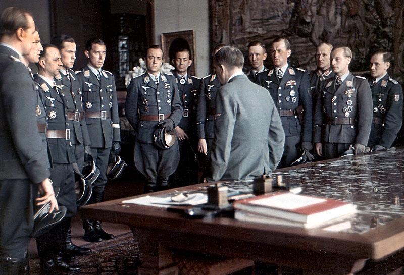 Adolf Hitler mit generals.jpg