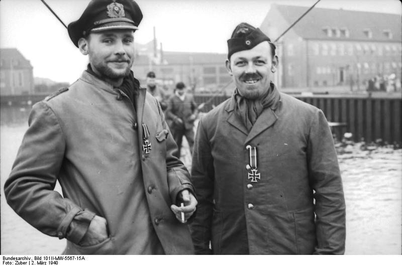 Bundesarchiv_Bild_101II-MW-5567-15A,_Wilhelmshaven,_2_U-Boot-Männer_mit_Eisernem_Kreuz.jpg