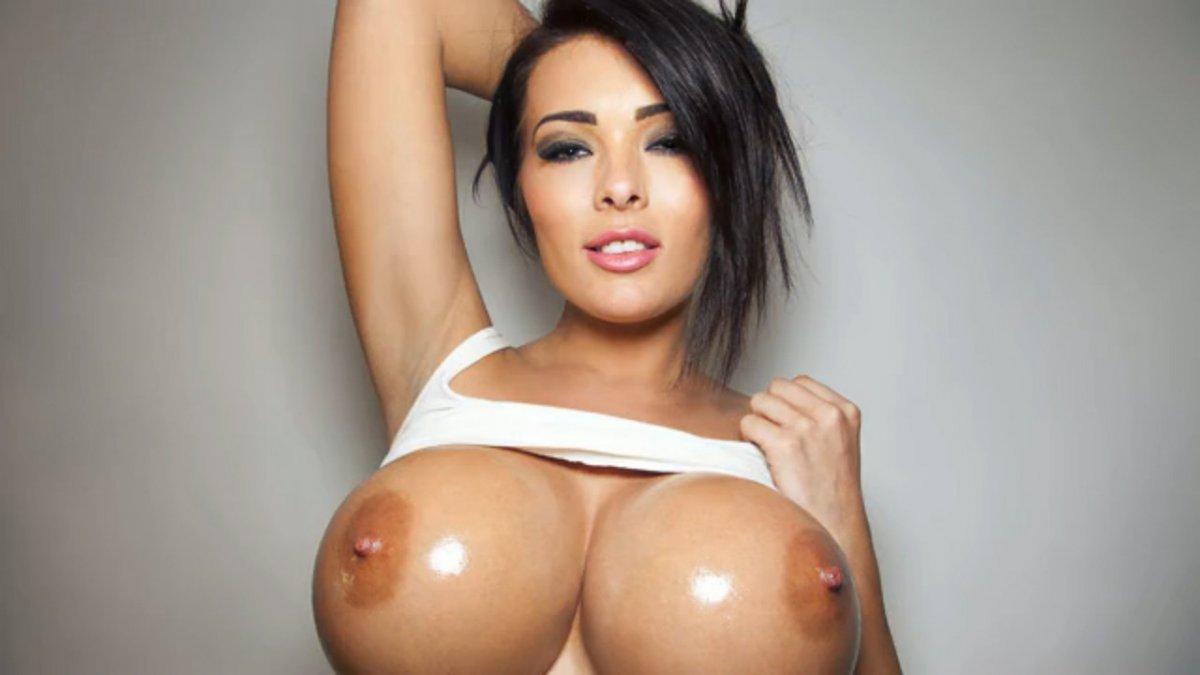 Большие упругие груди залитые