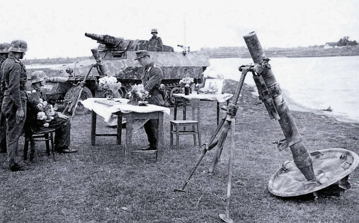 F12-12-см-Granatwerfer-42-на-фоне-процедуры-награждения.jpg