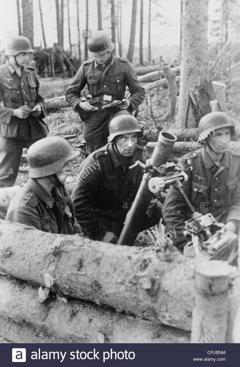 german-soldiers-with-a-mortar-in-wwii-on-the-eastern-front-1942-CPJBNM.jpg