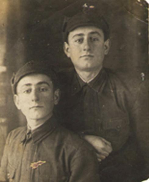 Лазаренко фото с братом.png