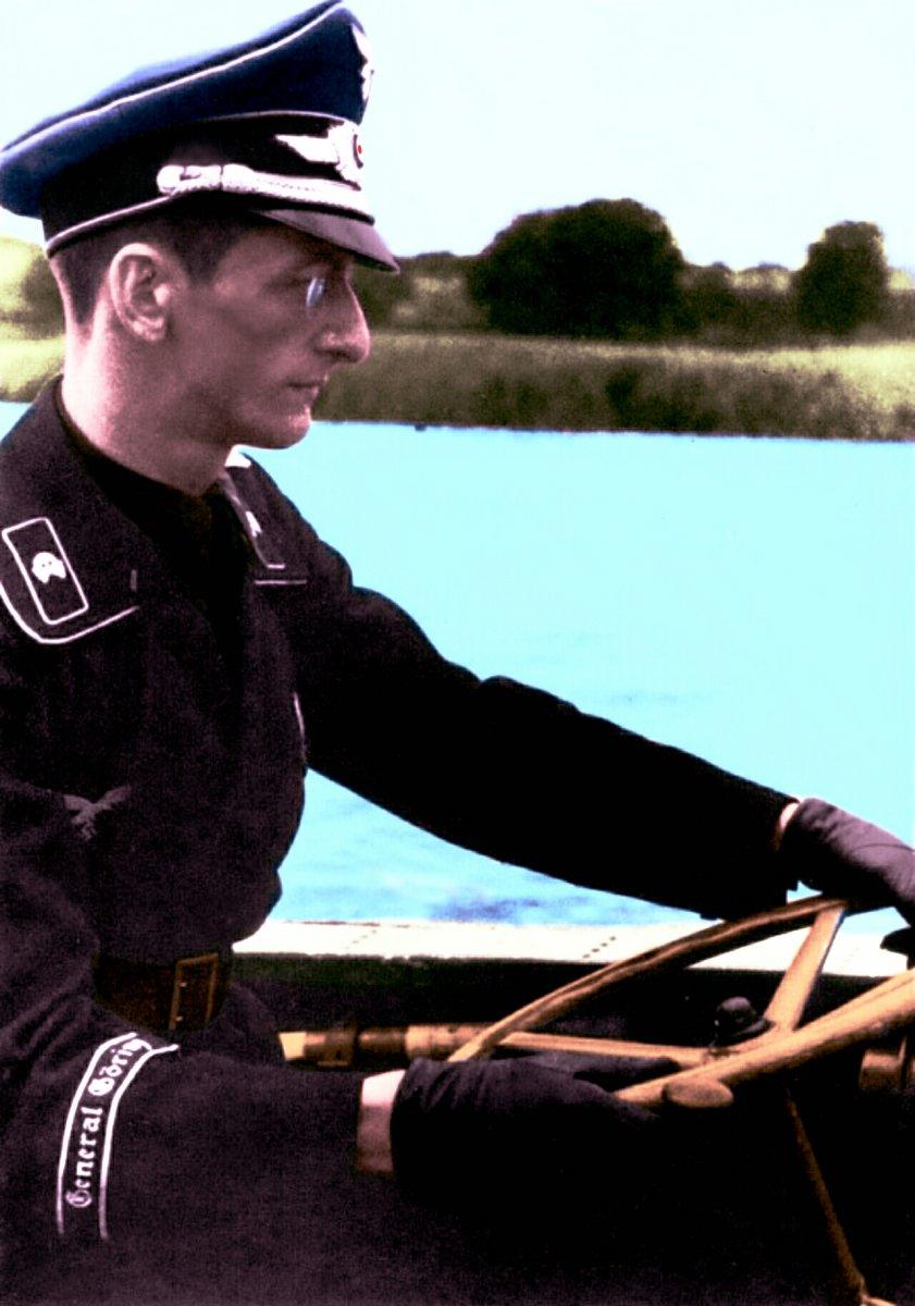 Лейтенант Мюзил . Инженерно-танковый батальон Генерал Геринг за рулем швиммвагена.jpg