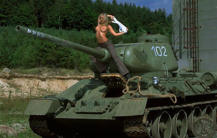 конце фото голых девушек на танках был