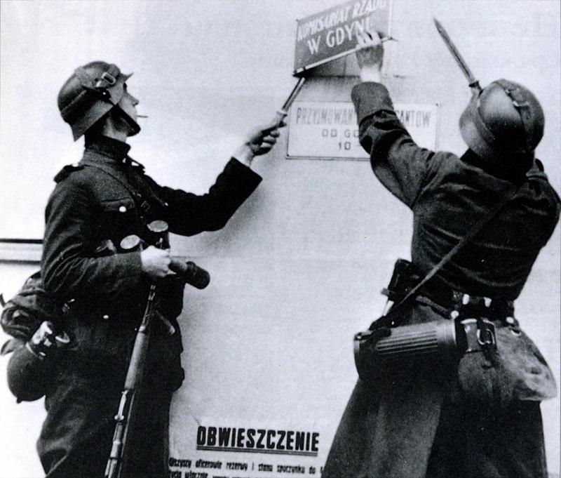 Немецкие солдаты снимают табличку со здания комиссариата в Гдыне..jpg