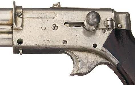 Neobichnii_pistolet_s_tremya_magazinami_neizvestnogo_konstruktora-2.jpg