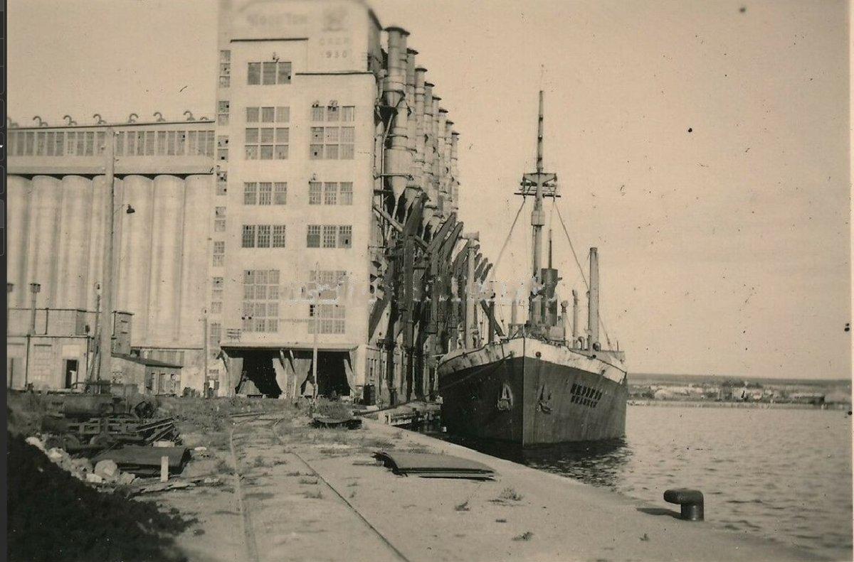 Николаев Порт Элеватор Судно на погрузке 1941-1943 г..jpg