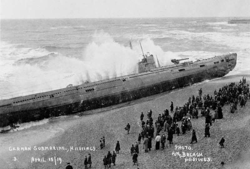 U-118-a-World-War-One-submarine-washed-ashore-on-the-beach-at-Hastings-England-2.jpg