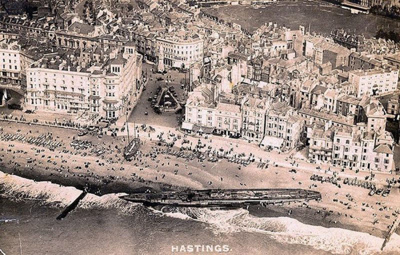 U-118-a-World-War-One-submarine-washed-ashore-on-the-beach-at-Hastings-England-3.jpg