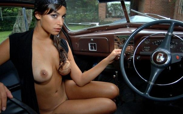 kartinki-devushki-golie-v-avto