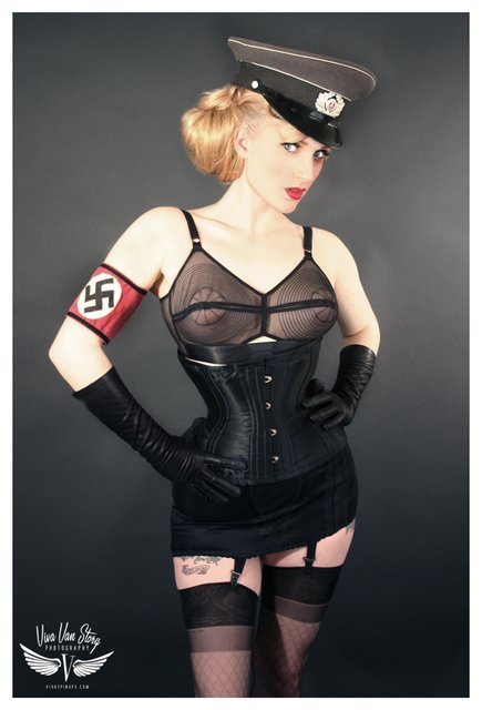 сайт котором эротические фото в немецкой форме следом мной