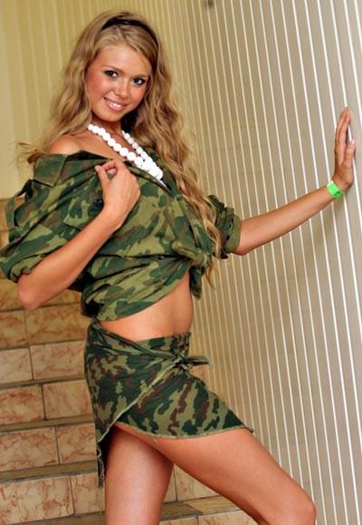 Фото блондинка в военной форме